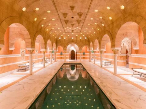 Un Hamam, un spa tradicional morisco, se encuentra bajo tierra y es una de las dos piscinas del sitio. El interior está hecho a mano de mármol importado y piedra arenisca; las baldosas venecianas de oro de 24 quilates se alinean en el espacio