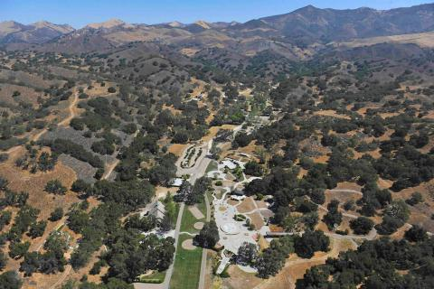 Hay algunas razones posibles por las que aún no se ha vendido. Según el experto Brendon DeSimone, la propiedad se encuentra a unos 130 kilómetros al noreste de Los Ángeles y a cinco millas de Los Olivos [RE]