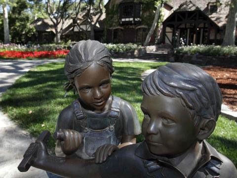 Hay muchas estatuas de bronce de niños en todos los terrenos [RE]