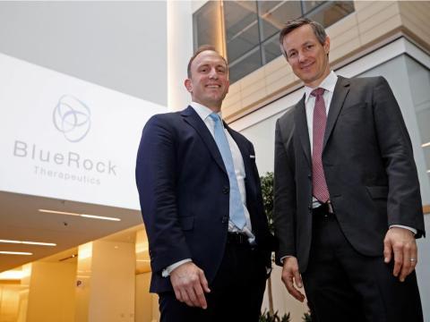 El jefe del Centro de Bayer Life Science, Dr. Axel Bouchon, y el director de Versant Ventures, Dr. Jerel Davis en el lanzamiento de BlueRock Therapeutics.