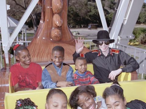 De hecho, en el apogeo de Neverland, Jackson solía organizar todo tipo de fiestas y eventos, especialmente para los niños [RE]