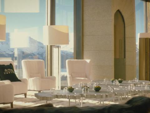 La habitación principal está rodeada por ventanas de más de 10 metros de altura