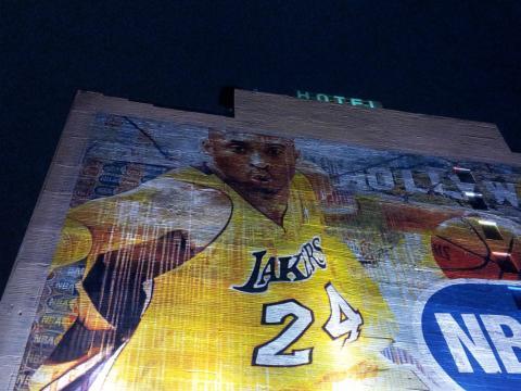 Una imagen de Kobe Bryant en un edificio