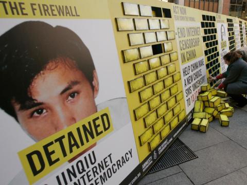 Voluntarios de Amnistía Internacional colocan carteles protesta en Sídney (Australia) contra la censura del gobierno chino.
