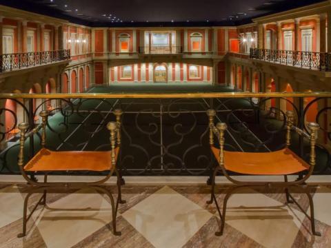 La infame mansión subterránea, llamada Hacienda de la Paz, se extiende por 51.000 pies cuadrados y tiene nueve dormitorios, 25 baños y un garaje para seis coches