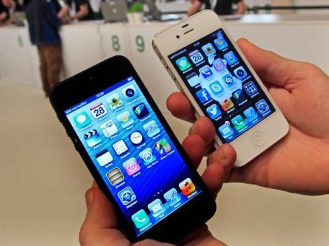 El iPhone 5 de 4 pulgadas a la izquierda y el iPhone 4 de 3,5 pulgadas a la derecha