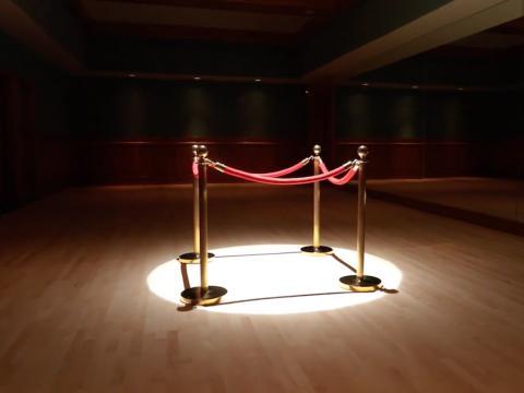 Al lado del teatro hay un estudio de baile privado. Puedes imaginar a Jackson practicando sus movimientos aquí [RE]