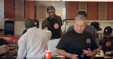 LeBron James, en una de sus tiendas de Blaze Pizza