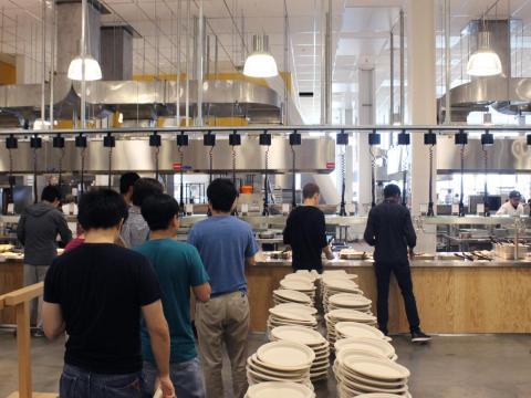 Comer en Facebook es una difícil elección. Las oficinas de la compañía están llenas de restaurantes, bares, buffets y cafeterías