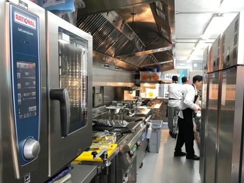 Mayo de 2016: Deliveroo empieza a hablar de un ambicioso plan para ayudar a los restaurantes a procesar más órdenes. Coloca contenedores en aparcamientos para hacer mini-cocinas dedicadas a preparar envíos de Deliveroo
