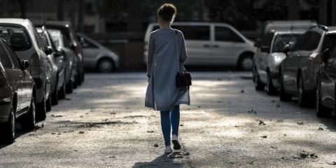 mujer caminando calle