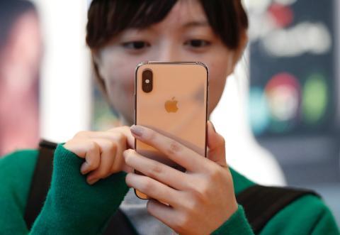 Una mujer con el iPhone Xs en una Apple Store de Tokio