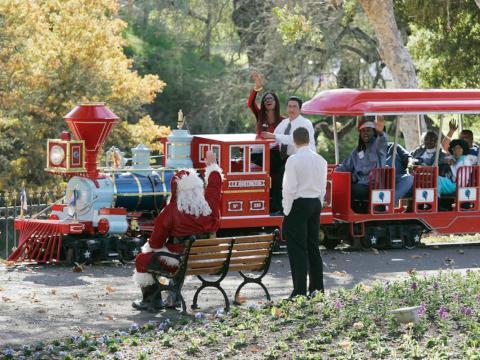 A los niños y adultos les encantaba usar el tren cuando Jackson organizaba fiestas, como esta celebración navideña en 2004 [RE]