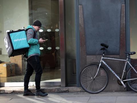 Noviembre de 2017: Deliveroo gana el pleito contra IWGB. Un tribunal sentencia que los ciclistas no son empleados. Shu explica a Business Insider que hay mucha confusión respecto a los derechos de los trabajadores