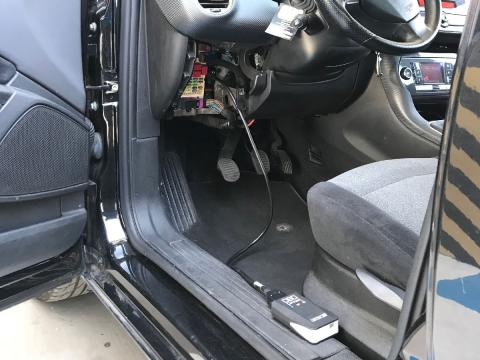 El conector se enchufa al puerto OBD del coche.