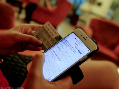 Accediendo a internet a través de un hotspot Wi-Fi en Cuba.
