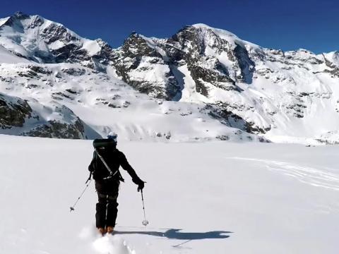 Los propietarios pueden esquiar dentro y fuera a través de un ascensor privado para acceder a las laderas empolvadas de los Alpes suizos