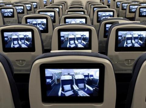 Pantallas de televisión instaladas a bordo de un avión Airbus A350 XWB en pruebas de vuelo.