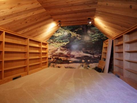 La pared posterior tiene una hermosa foto de la naturaleza que se asemeja al paisaje de los terrenos del rancho [RE]
