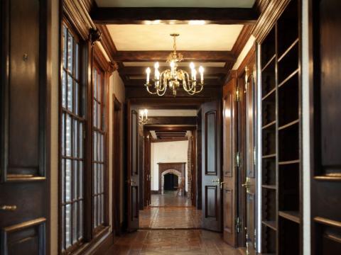Un pasillo con ventanas lo conecta el comedor con otras habitaciones en el primer piso [RE]