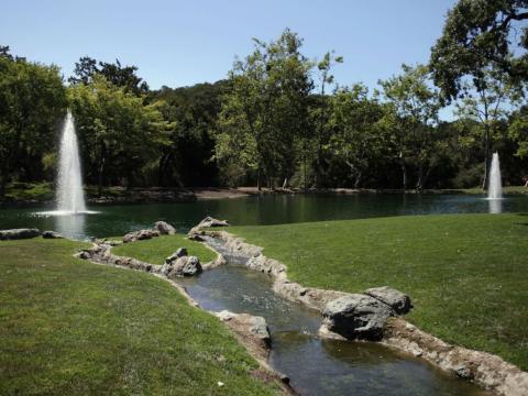 Pequeños arroyos corren a través de la hierba de felpa en el lago [RE]