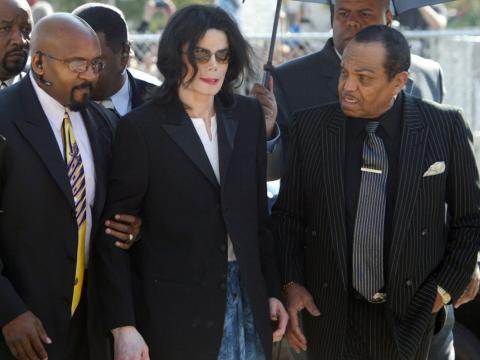 Pero en 1993, Jackson y su hogar fueron noticia cuando se presentaron acusaciones de abuso sexual infantil contra él [RE]
