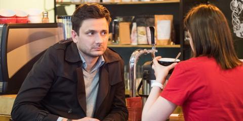 personas hablando en cafetería