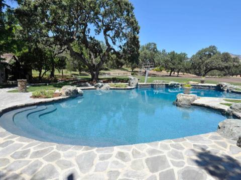 La piscina tiene dos trampolines... [RE]
