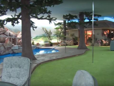 La propiedad se encuentra a 26 pies debajo de la superficie con dos dormitorios, tres baños, una piscina de seis pies de profundidad, un green de golf y un spa