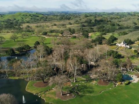 La propiedad de 2.700 acres está en el mercado por 67 millones de dólares, un 33% menos de su precio original de 100 millones de dólares en 2015 [RE]
