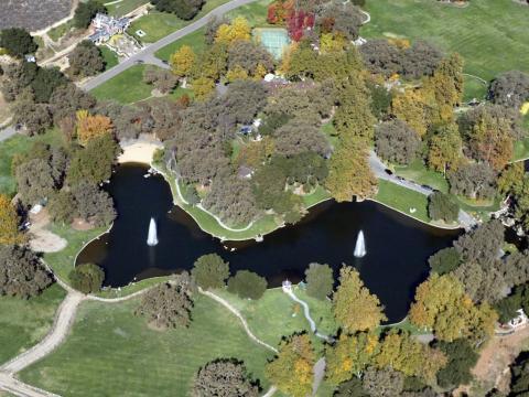 La propiedad cuenta con un lago de cuatro acres con dos fuentes, cisnes, paradas de botes y una playa privada [RE]