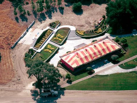 Bajo la propiedad de Jackson, Neverland era una tierra de fantasía inspirada en Peter Pan con un parque de atracciones, animales exóticos y una estación de trenes temática de Disney [RE]