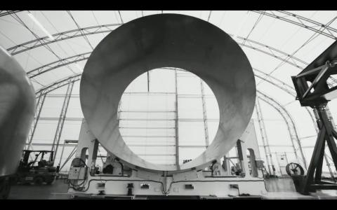 Una sección cilíndrica del fuselaje de fibra de carbono del Big Falcon Rocket