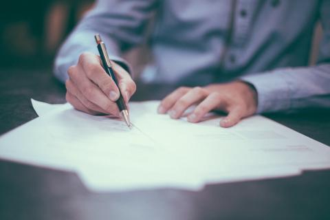 El registro de la propiedad corre a cargo del banco, si hay hipoteca