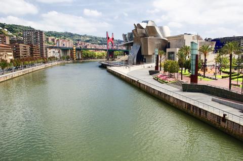 El río Nervión atraviesa el centro de Bilbao