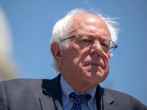 El senador estadounidense Bernie Sanders luchó porque Jeff Bezos subiese el salario mínimo de Amazon.