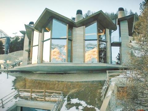 En la estación de esquí de St. Moritz, en Suiza, se sitúa una espléndida casa de siete pisos, llamada The Lonsdaleite, o El Palacio de Hielo