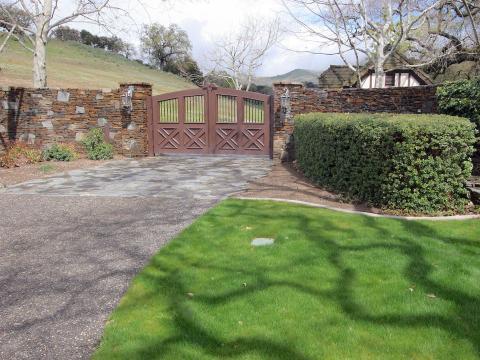 Sycamore Valley Ranch está protegido por un portón, y una carretera larga y pintoresca atraviesa los terrenos de la propiedad que lo llevan a varios puntos de interés [RE]