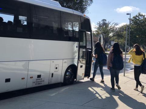 Sus días empiezan como los de la mayoría: levantándose. Reciben alojamiento de Facebook junto a otros internos y después cogen el transporte gratuito hasta su campus.