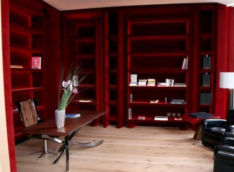 También hay una biblioteca recubierta de terciopelo rojo