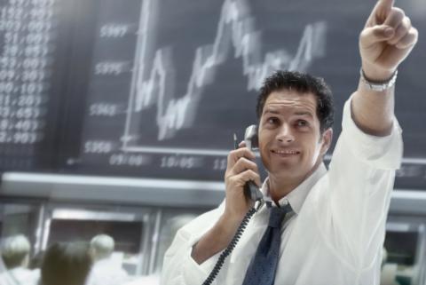 Trader celebrando una operación en los mercados