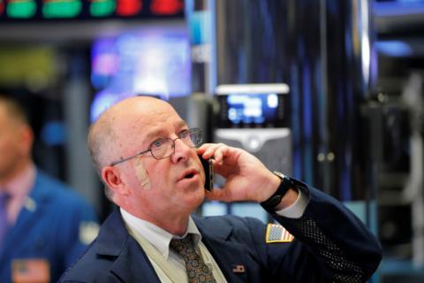 Trader observa movimientos en los mercados en Wall Street