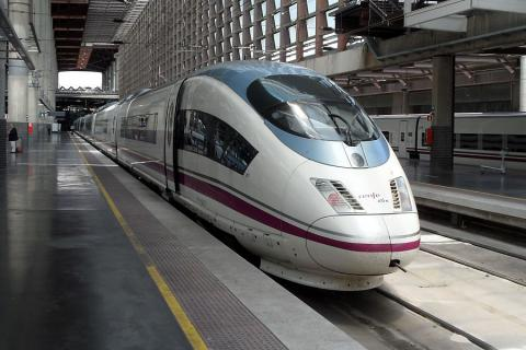 El tren AVE que hace el recorrido entre Madrid y Barcelona, estacionado en Atocha