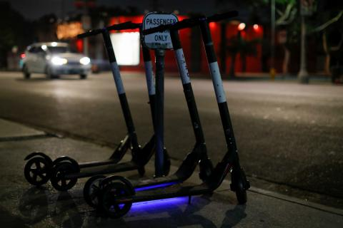 Varios patinetes eléctricos aparcados