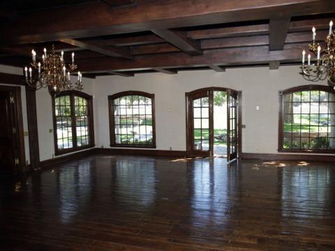 Las ventanas grandes son un tema común en la residencia principal. Al caminar por la cocina hasta el comedor principal, hay más ventanas de pared que ofrecen una vista del patio trasero [RE]