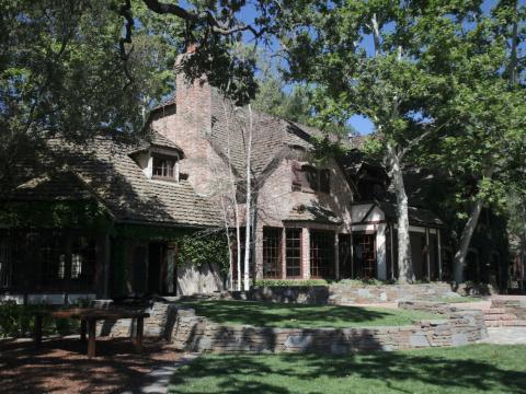Y una vez que salga tendrás una hermosa vista de la parte posterior de la mansión desde los terrenos de la propiedad [RE]