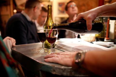 Un camarero sirve vino en un restaurante de París, Francia, el 16 de noviembre de 2017.