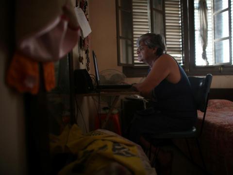La maestra jubilada Margarita Márquez, de 67 años, utiliza Internet después de haber sido instalado recientemente en su casa en la Habana Vieja, Cuba, el 29 de diciembre de 2016.