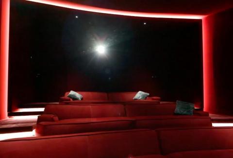 ...que es donde lo realmente extravagante comienza. Las instalaciones subterráneas incluyen un cine en casa para ver desde una cama