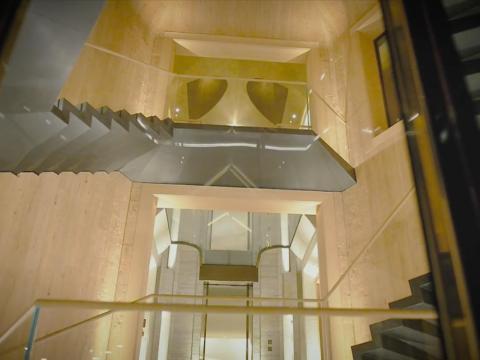 Podrías pensar que este es un castillo de lujo para el día a día de cualquier multimillonario; eso, hasta que bajas las escaleras